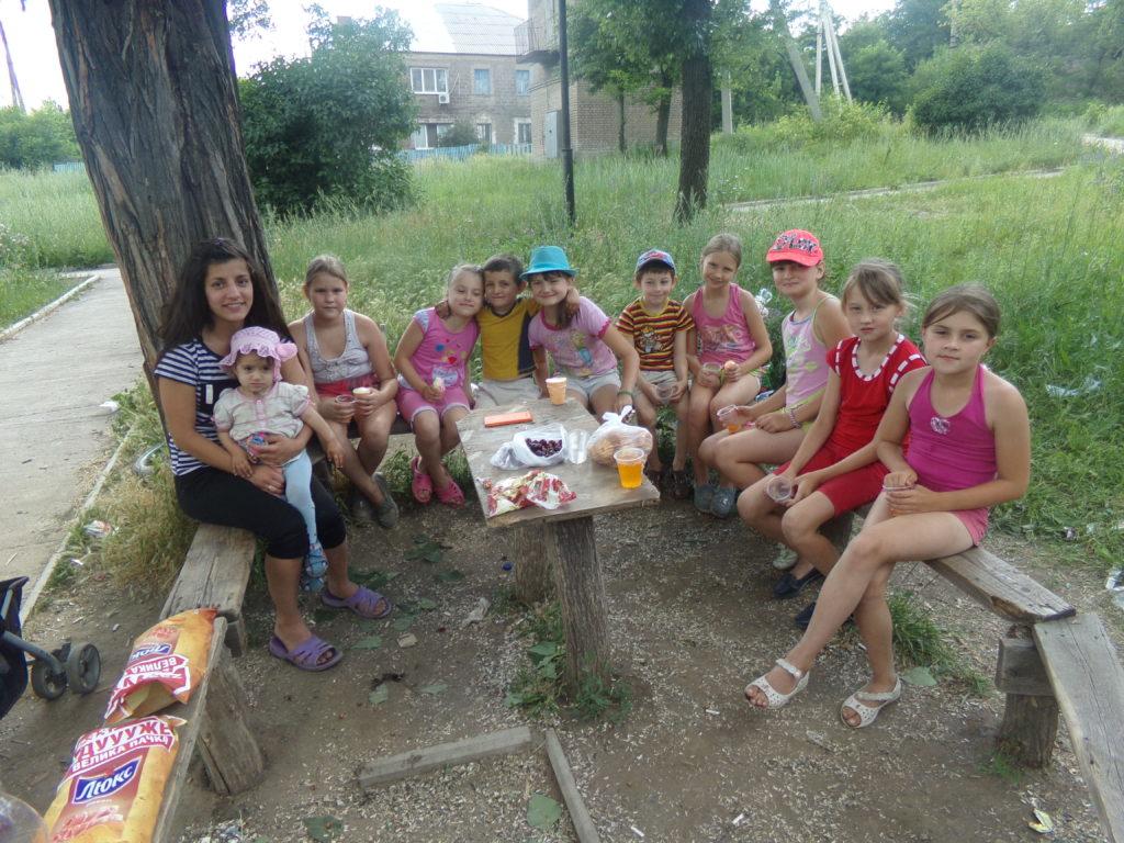 Parta dětí ze ZŠ Naděžda v parku na Vasilevce, červen 2017, Alčevsk, LLR Zprava Nasťa Dymova (nyní 7.třída), Světa Orlova (nyní 6.třída), Aňa Kovalenko (nyní 8.třída), Lena Litovčenko (nyní 7.třída), -, Diana Kovalenko (nyní 7.třída), synek Varji, Veronika Družinina (nyní 7.třída), Káťa (nyní 8.třída), Varja s dcerkou