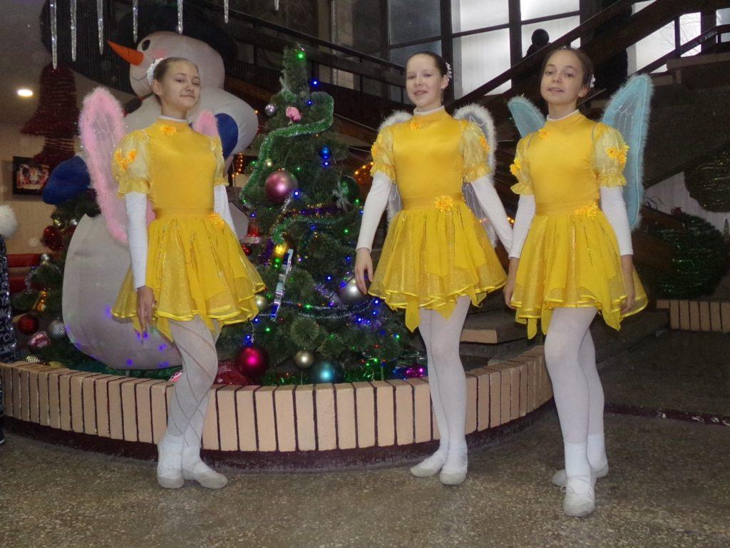Novoroční pohádka, děvčata z tanečního souboru Junyj Metallurg, leden 2020, Alčevsk, LLR. Zprava Liza Christova, Polina Litvin, Liza Motuz