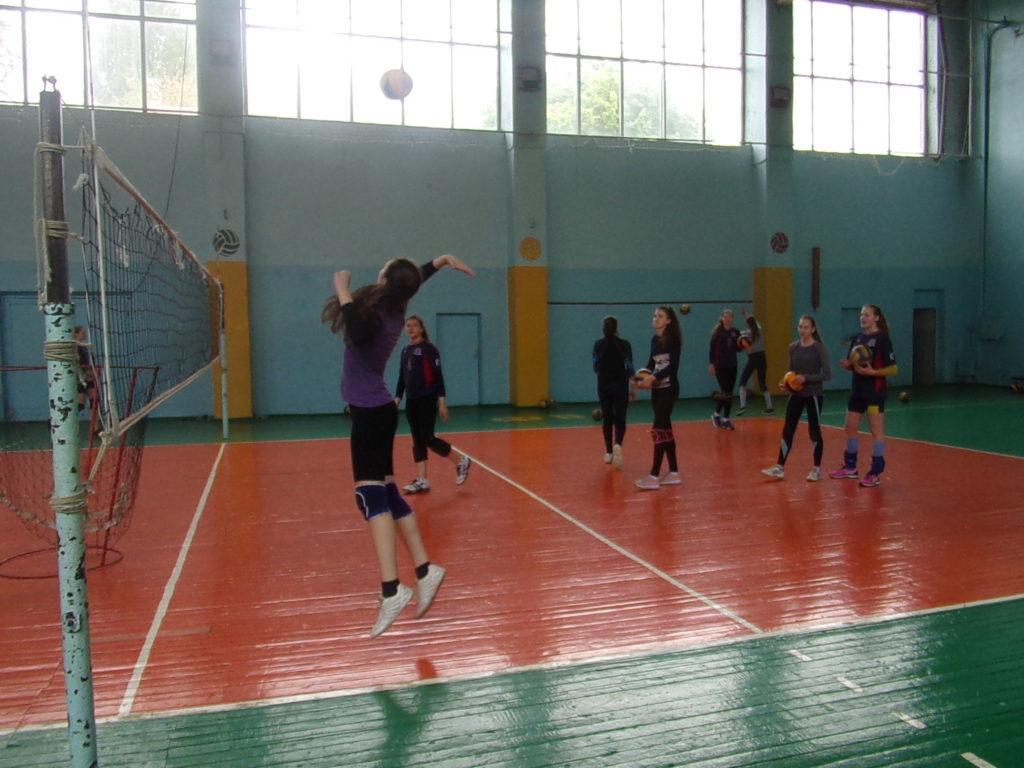 Trénink volejbalistek, Vysoká škola tělesné výchovy, květen 2019, Lugansk, LLR