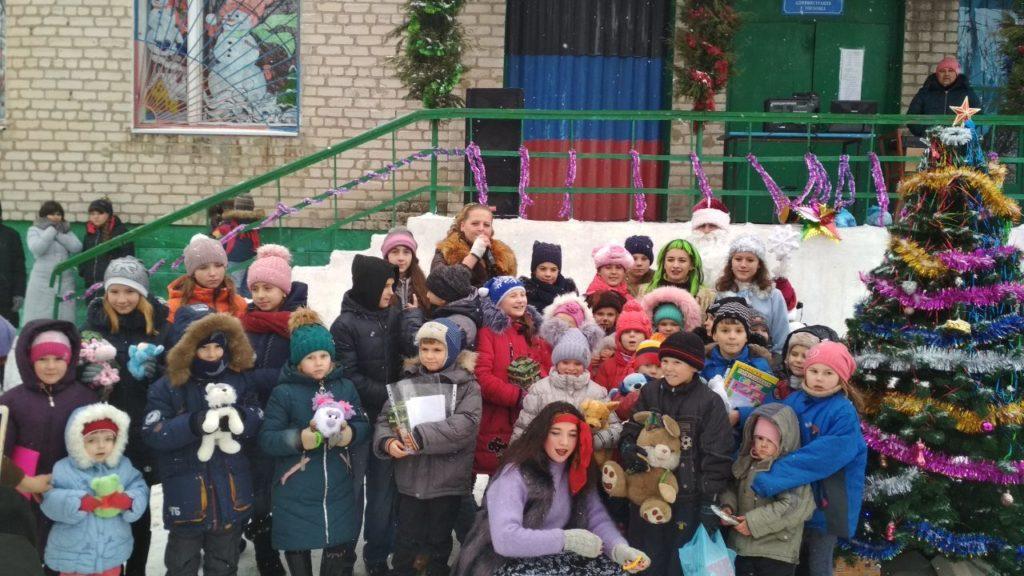 Zajčata-děti Zajceva, novoroční jolka, prosinec 2019, Zajcevo, DLR  V červeném kabátě a modré čepici Maša Ryžkova