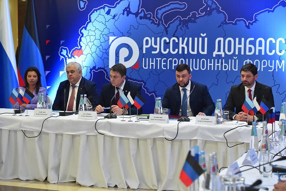 Zleva Margarita Simoňan, Kazbek Tajsajev, Leonid Pasečnik, Denis Pušilin, Andrej Kozenko