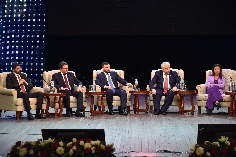 Zleva Andrej Kozenko, Leonid Pasečnik, Denis Pušilin, Kazbek Tajsajev, Margarita Simoňan