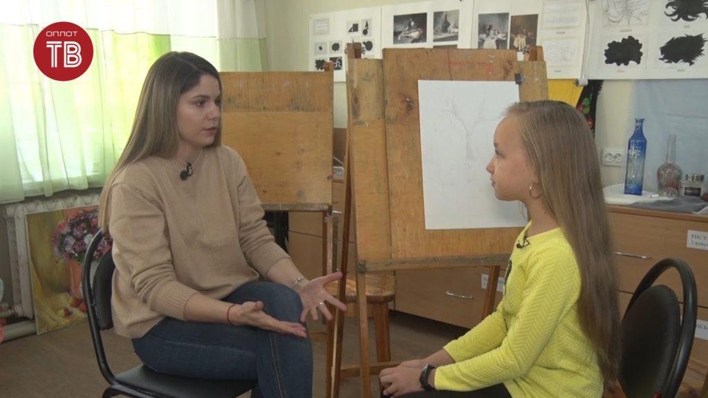 """Arina s redaktorkou Anastasií Aljochinou při natáčení pořadu """"Bohatství republiky"""", listopad 2020"""