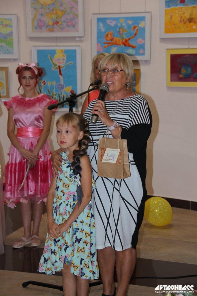 Arina se svou učitelkou z Dětské školy umění č.6 v Doněcku Ljubov Šumilkinou