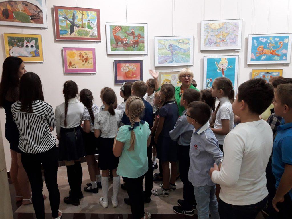 Kresby Ariny na výstavě Děti provádí Ljubov Šumilkina