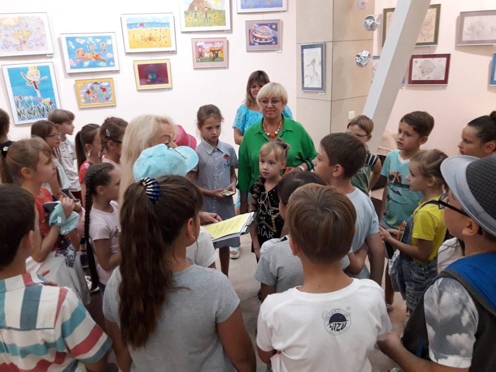 Uprostřed dětí Arina, za ní Ljubov Šumilkina