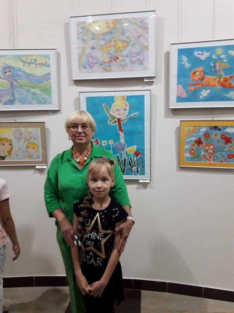 Arina se svou učitelkou kreslení Ljubov Šumilkinou